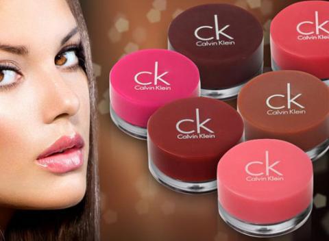 Oživte svoj úsmev letnými farbami leskov na pery. Farebné dlhotrvajúce  lesky na pery Calvin Klein ff8132f8c09