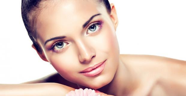 Diamantová dermabrázia patrí medzi najlepši formy povrchového pílingu kože. Pomáha pri akné, rozšírených póroch, jazvách či škvrnách.
