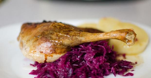 Kačacinka a víno pre 2 osoby c príjemnej reštaurácii Zlatá Lipa II. Čaká vás poriadna hostina za bezkonkurenčnú cenu.