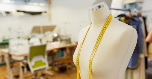 Zbohom rovnošaty z obchodov, v ktorých všetky vyzeráme ako jedna! Navrhnite a ušite si sukňu či originálny top na skvelom kurze šitia.