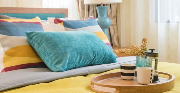 Kvalitná masívna posteľ z borovice v nadčasovom dizajne. Spolu s matracom, roštom a úložným boxom v troch veľkostiach.