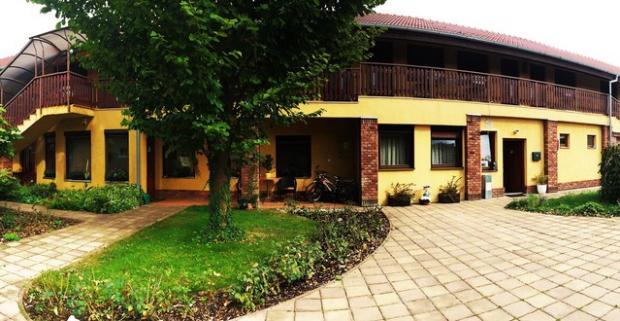 Ak vám vyhovuje tiché prostredie a kvalitné ubytovanie - tak vás pozývame do domu Villa LUX vo Veľkom Mederi na nezabudnuteľnú dovolenku.