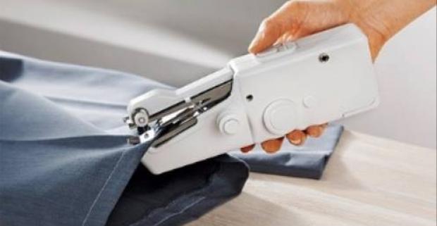 Uľahčite si život a vyskúšajte šijací ručný stroj Handy Stitch na batérie. Šitie je jednoduché a zvládne ho aj začiatočník.
