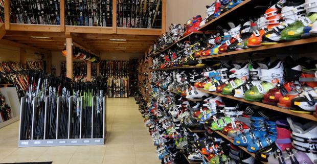 Kompletný servis lyží a snowboardov v Nitre. Profesionálne odvedená práca, ošetria hrany aj sklznicu na špičkových servisných strojoch.