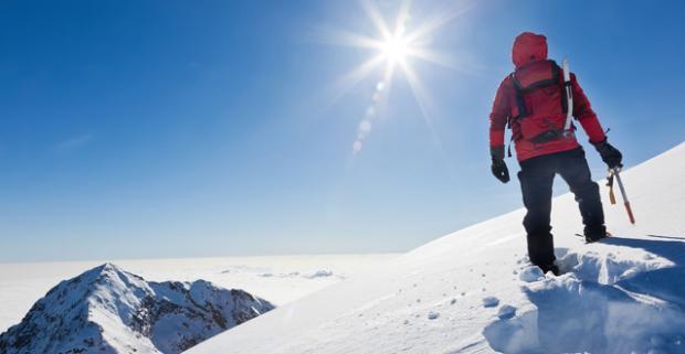 Kurz zimného táborenia pre jednu osobu. Nezabudnuteľná expedícia v obklopení krásnej rakúskej alpskej prírody.