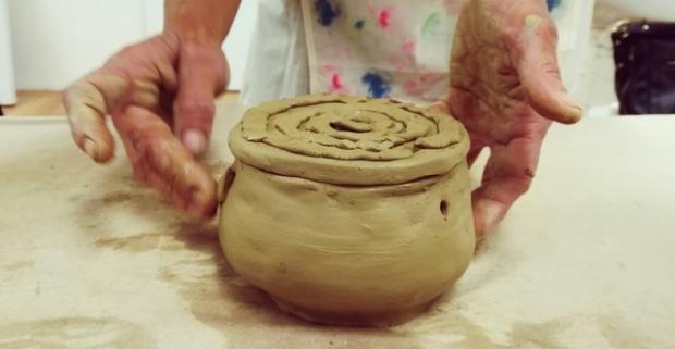 Objavte svoj talent na kurzoch keramiky a vyrobte si šperk, hodiny, mozaiku. Umelecké diela môžu vychádzať z rúk každého z nás.