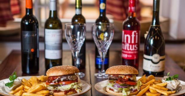 Dva burgery s hranolkami a fľašou vína vo Vínnej Muške. Užite si príjemný večer s celkom netradičnou romantickou večerou.