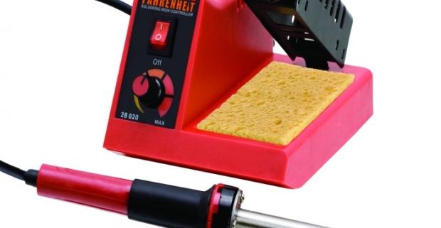 Analógová spájkovacia stanica s možnosťou regulácie teploty. Spájkovacia rúčka (58W) s keramickou vložkou a káblom so silikónovou izoláciou.
