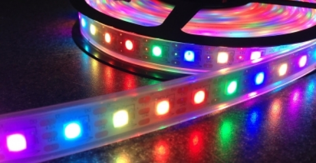 Farebný LED pás dlhý 5 metrov, na zadnej strane so samolepiacou vrstvou. Rýchle, jednoduché a originálne skrášlenie interiéru!