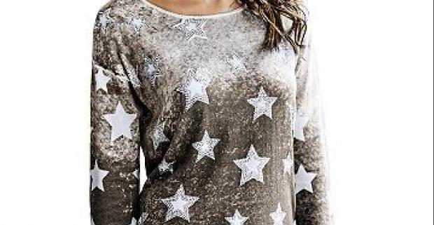 Romantický dámsky pulóver s jemným prelínaním farieb a príjemného materiálu. Hviezdičkový motív je ozdobený nitovými kamienkami.