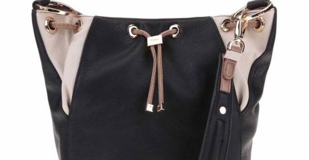Čierna dámska kabelka Dune London Dezza dokáže vniesť správnu dávku nedbalej elegancie aj sakám či blejzrom. Doplnok pre rebelský outfit.