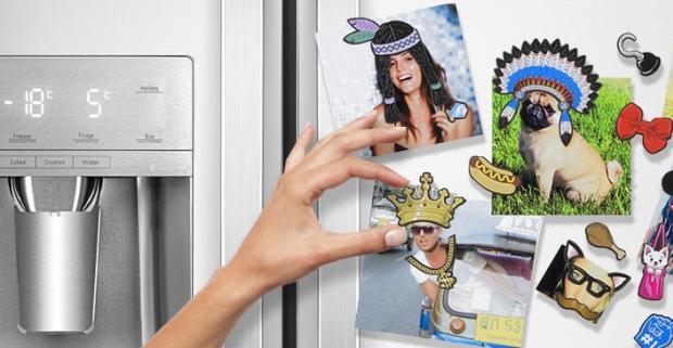 Veselé fotomagnetky na chladničku Dress Up. Oblečte svojej priateľke indiánsku čelenku, psovi slnečné okuliare a sebe kráľovskú korunu.