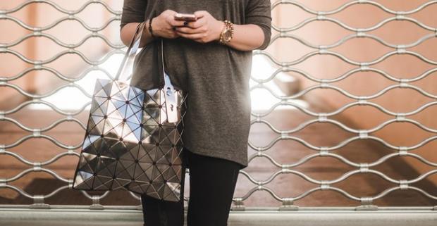 Jedinečná kabelka Lockme v lesklých farbách prebudí vašu eleganciu a štýl. Vykročte do mesta s najštýlovejším doplnkom tejto sezóny.