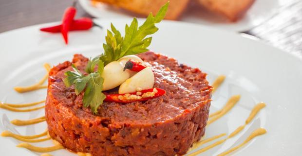 Pochutnajte si na 300 g XXL tataráku z pravej hovädzej sviečkovej v luxusnej reštaurácii Parlament s nádherným výhľadom na Dunaj a na hrad.