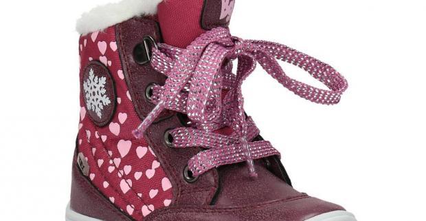 Elegantná dievčenská zimná obuv s pohodlnou podošvou. Sú zateplené umelou kožušinkou a ozdobené ružovými srdiečkami.