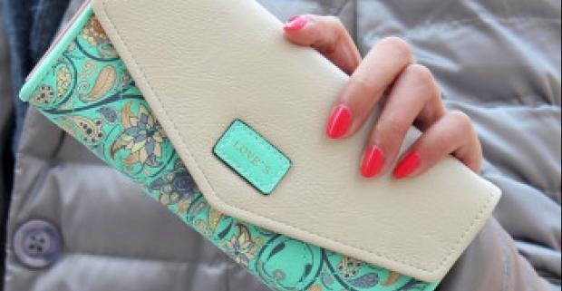 Moderná dámska peňaženka ozdobená kvetmi - 5 farieb. Obsahuje rovno niekoľko priehradiek na platobné a zákaznícke karty a hotovosť.