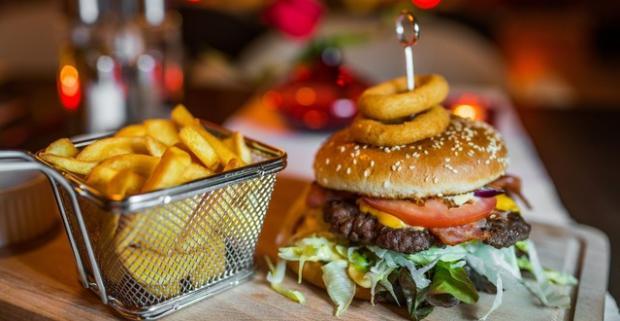 Obrovská porcia pre všetkých milovníkov hamburgerov! Až 720 g hamburger s hranolkami a slaninkou v reštaurácii Red Café 2.