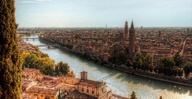 Nenechajte si ujsť jedinečný zážitok a spoznajte romantické mesto večnej lásky - Veronu a farbami hýriaci karneval v Benátkach.