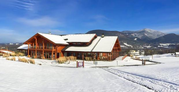 Oddýchnite si priamo pod vrcholmi zasnežených Beskýd. Zimná dovolenka s raňajkami, wellness a zľavou na skipass v Green Inn Hoteli****.