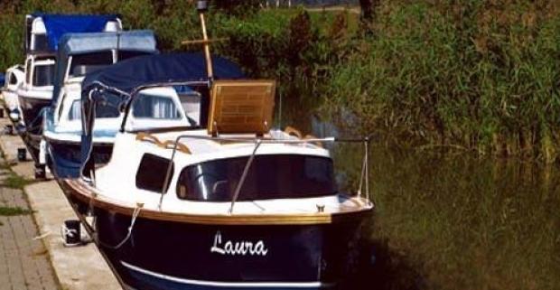 Vychutnajte si dobrodružnú i romantickú plavbu v kajutovom člne po Baťovom kanáli so svojimi blízkymi a prežite krásny deň na vode.