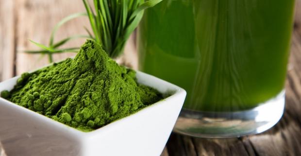 Zelený jačmeň spomaľuje starnutie, bojuje s chudokrvnosťou a pomáha pri srdcovocievnych chorobách. Zakúpte si teraz výhodné bio balenie.