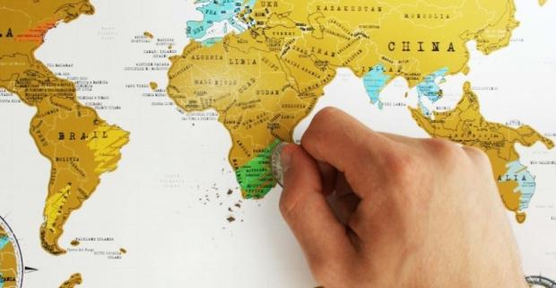 Uchovajte si svoje cestovateľské zážitky na originálnej stieracej mape a vyznačujte si postupne navštívené destinácie sveta.