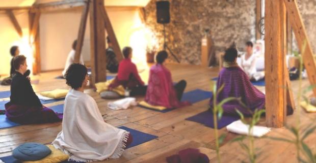 Relaxačný jogový pobyt v tradičnej drevenici - v Kolibe u Jogošíka. Sadnite si do lotosového kvetu, zavrite oči a ponorte sa do seba.
