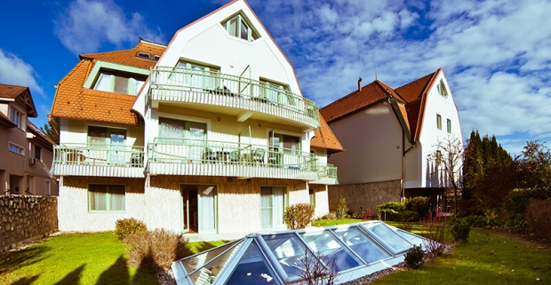 Dovolenka plná relaxu v maďarskom kúpeľnom meste Hévíz. Ubytovanie pre 4 v apartmánoch Holiday Club s raňajkami a neobmedzeným wellness.