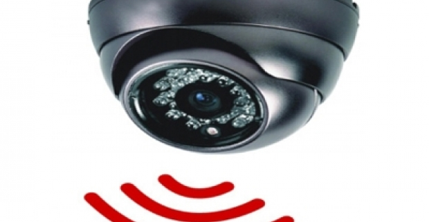 Bezpečnostná kamera, ktorá spoľahlivo ochráni váš domov. Má senzor pohybu na SD kartu aj s diaľkovým ovládaním.