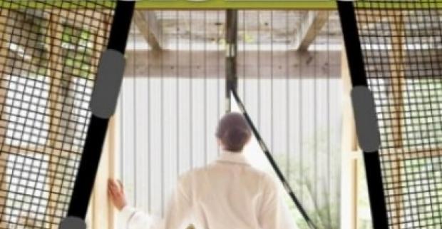 Sieťka proti hmyzu na dvere s magnetickými uzávermi, ktoré priľahnú k sebe. Otravný hmyz tak nemá šancu dostať sa do vnútra.