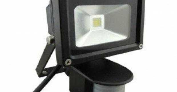 LED reflektor s výkonom 10 Wattov a so skleneným krytom v hrúbke 5mm. Jeho súčasťou je pohybový senzor, ktorý sníma v uhle 120°.