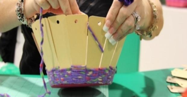Rám na pletenie košíka, vyhotovte si svoje ozdobné košíky. Buďte kreatívny! Uvoľnená zábavu pre deti aj dospelých.