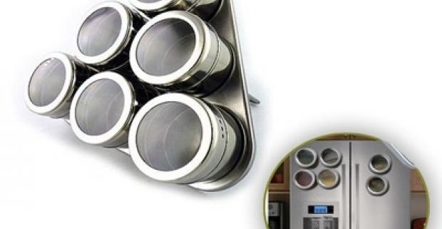 Magnetická sada na korenie. Elegantná a praktická dekorácia do každej kuchyne. Koreničky sú na stojan pripevnené pomocou magnetu.