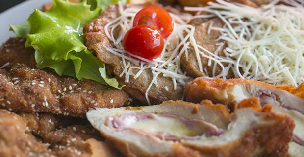 Plná misa mäsa je nekompromisne tá najlepšia voľba pre posedenie s priateľmi. V reštaurácii Red Cafe vás čaká 560 g mäsa a 400 g prílohy.