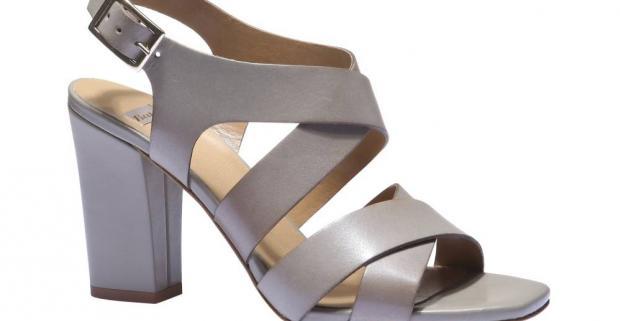 c1dd8d881e33 Elegantné kožené sandále na vysokom blokovom podpätku sú späť! Prekrížené  širšie remienky vytvárajú veľmi elegantný look.