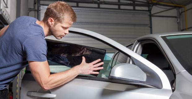 Inštalácia autofólií na okná auta - tónovanie skiel. Fólie zaručujú neskreslený výhľad z automobilu a zabraňujú prieniku slnečných lúčov.