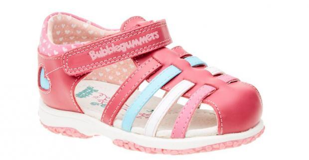 e0a6d52135b0 Detské dievčenské kožené sandále majú spevnenú pätu a zapínajú sa pomocou  jednoduchého suchého zipsu