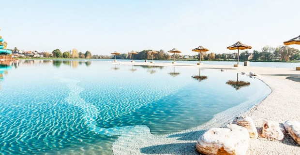 Cíťte sa ako pri mori na hotelovej pláži! Vychutnajte si príjemnú dovolenku s polpenziou a wellness v modernom hoteli Molo Resort v Poľsku.