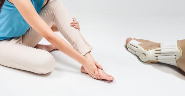 Plastový prstový fixátor, praktická pomôcka na zmiernenie vybočujúceho palca. Slúži ako prevencia, zmierňuje bolesť a opravuje deformáciu.