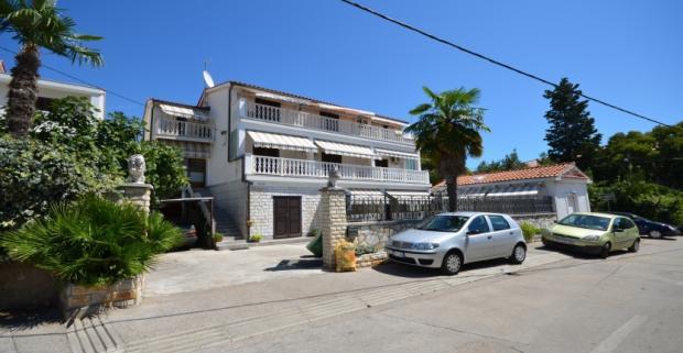 Apartmán Mira sa nachádza v Chorvátskom meste Zadar. Objekt je vzdialený od mora iba 70 m. Váš čas pod holým nebom, zdokonalí gril.