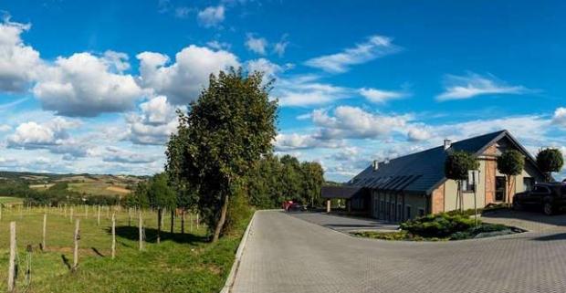 Ak hľadáte kľudné miesto na čerstvom vzduchu a obklopené prírodou, novučičký hotel Szary Residence neďaleko Krakova si zamilujete.