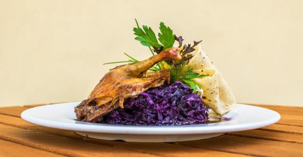 Jemné, šťavnaté mäsko, poctivé lokše a chuť, ktorá je skoro až návyková. Pečená kačka s lokšami v reštaurácii Hradná Hviezda.