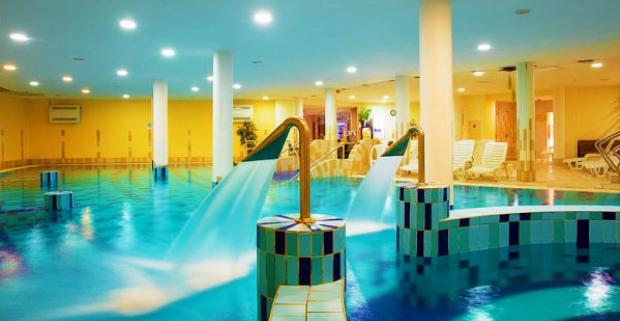 "Vykročte smer Balaton, k brehu ""maďarského mora"". Tu na vás čaká luxusný 4* hotel CE Plaza Siófok, s polpenziou a wellness."